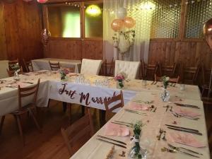 Nebenraum mit Hochzeitsbestuhlung